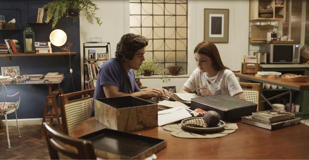 Alex e Flora acharam documento antigo da mãe  (Foto: TV Globo)