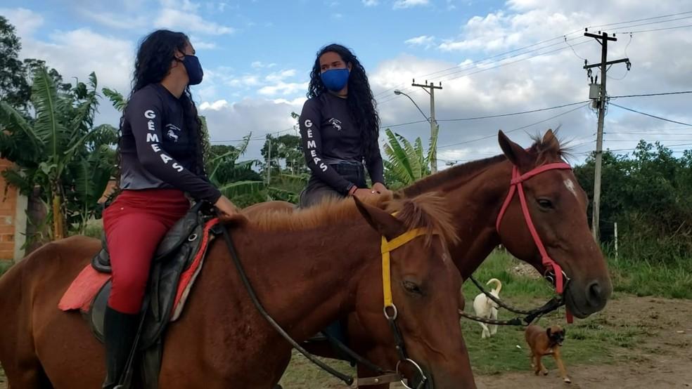 Irmãs gêmeas que treinam hipismo em terreno baldio em Cabo Frio, RJ, sonham em chegar às Olimpíadas — Foto: Isadora Aires