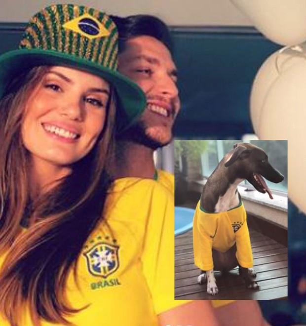 Camila Queiroz e Klebber Toledo vestiram a cadela deles, Céu, com a camisa do Brasil (Foto: Reprodução/Instagram)
