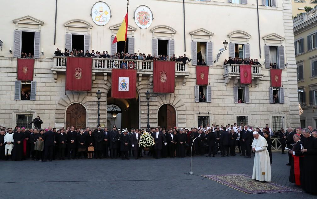 Papa Francisco conduz a oração da celebração da Imaculada Conceição na Praça da Espanha, no centro de Roma. — Foto: Tony Gentile / Reuters