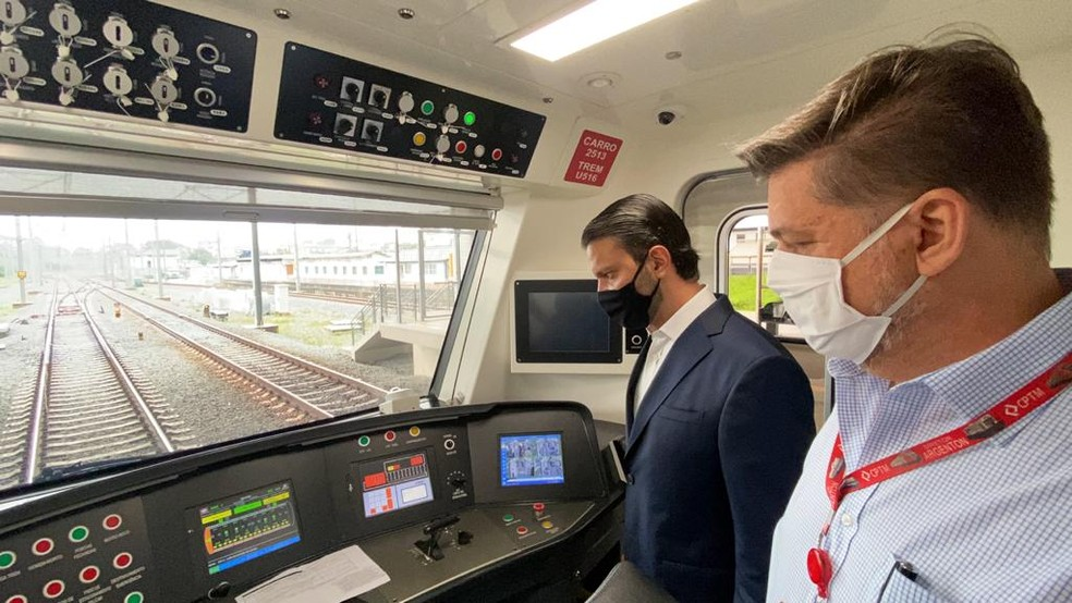 O secretário de Transportes Metropolitanos, Alexandre Baldy, durante entrega do novo trem com bagageiro da Linha 13-Jade, da CPTM. — Foto: Divulgação/CPTM