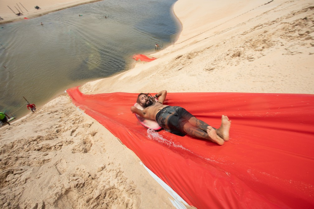 Descida no toboágua termina em lagoa do lado oeste da vila — Foto: Celso Tavares/G1