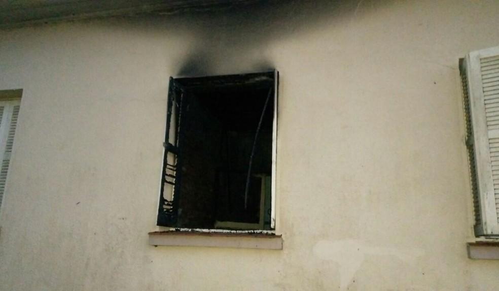 Janela do quarto da pousada, que foi incendiado (Foto: Divulgação/Polícia Civil)