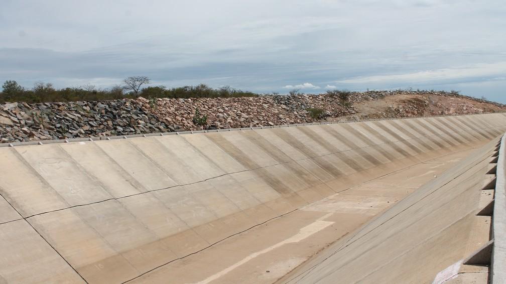 Com o fechamento das comportas, os canais por onde a água da transposição do Rio São Francisco passava estão vazios. — Foto: Amanda Lima / G1