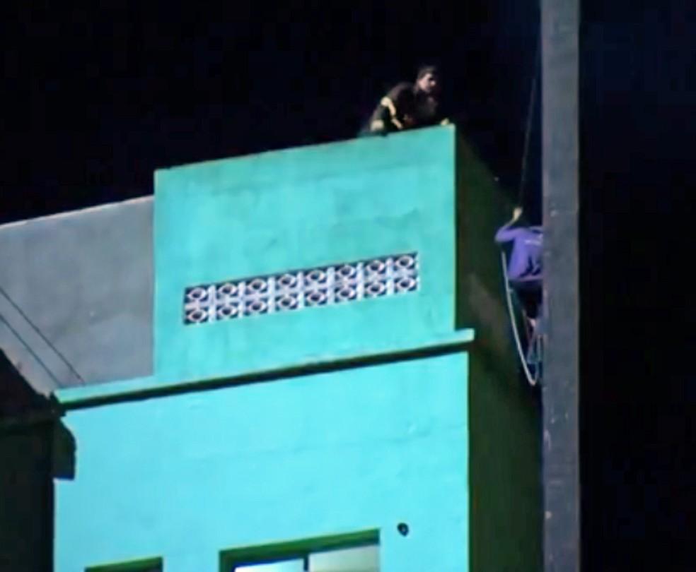 Segundos antes do desabamento, Ricardo quase foi resgatado por bombeiro (Foto: Reprodução/TV Globo)