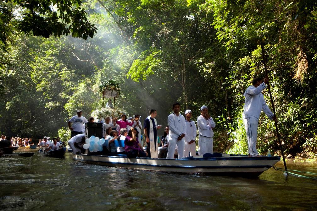 Peregrinos católicos durante uma viagem de barco em Santa Izabel do Pará, no Pará, em 2012. — Foto: Paulo Santos/Arquivo/Reuters