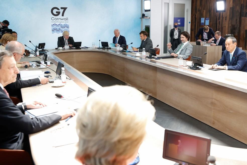 O primeiro-ministro italiano, Mario Draghi, a chanceler alemã Angela Merkel, o primeiro-ministro britânico Boris Johnson, o presidente dos EUA Joe Biden, o presidente francês Emmanuel Macron, o primeiro-ministro canadense Justin Trudeau e o primeiro-ministro japonês Yoshihide Suga participam de uma sessão plenária durante a cúpula do G7 em Carbis Bay, Cornualha , Grã-Bretanha, em 13 de junho de 2021  — Foto: Reuters/Phil Noble/Pool