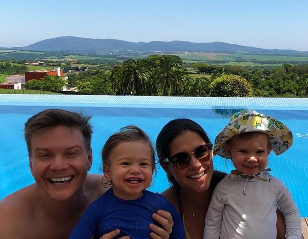 A família do cantor Michel Teló reunida para desejar um feliz mês (Foto: Reprodução Instagram)