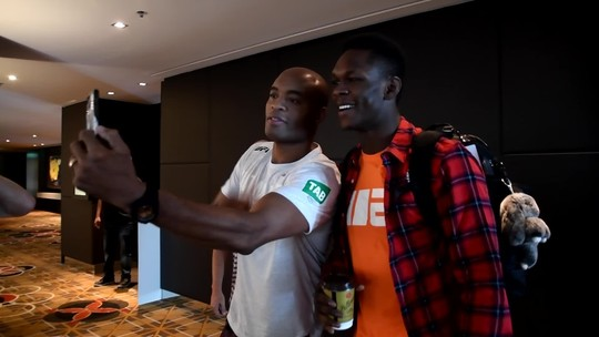 Anderson Silva tira foto com Adesanya: Homem-Aranha e Venon?