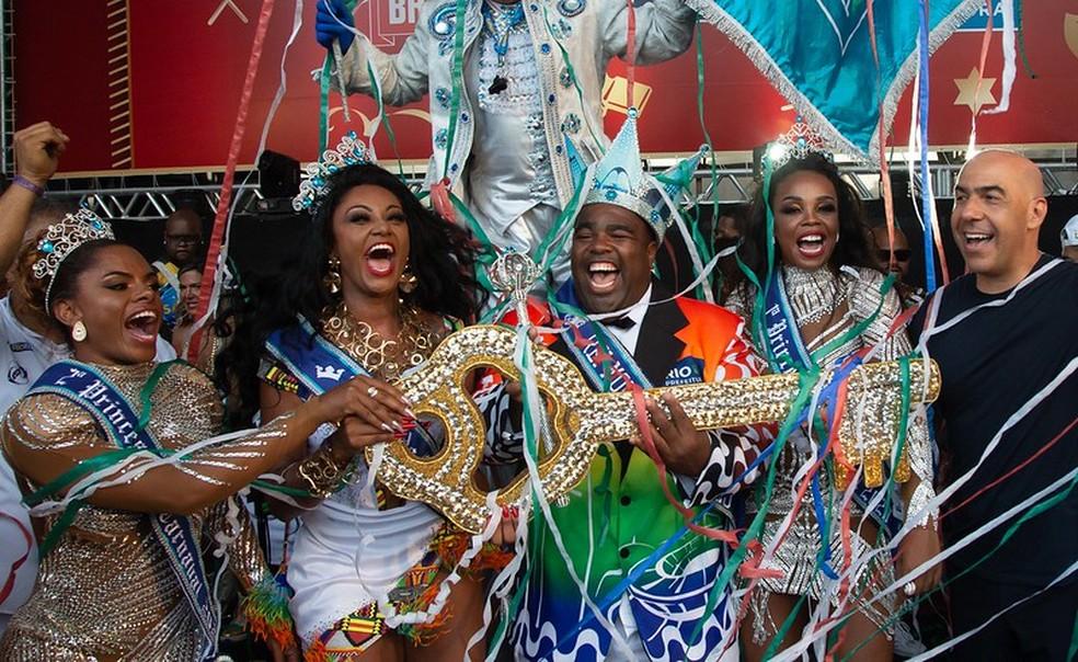 Camila silva festeja com a nova corte do carnaval 2020 — Foto: Paulo Macieira/Riotur