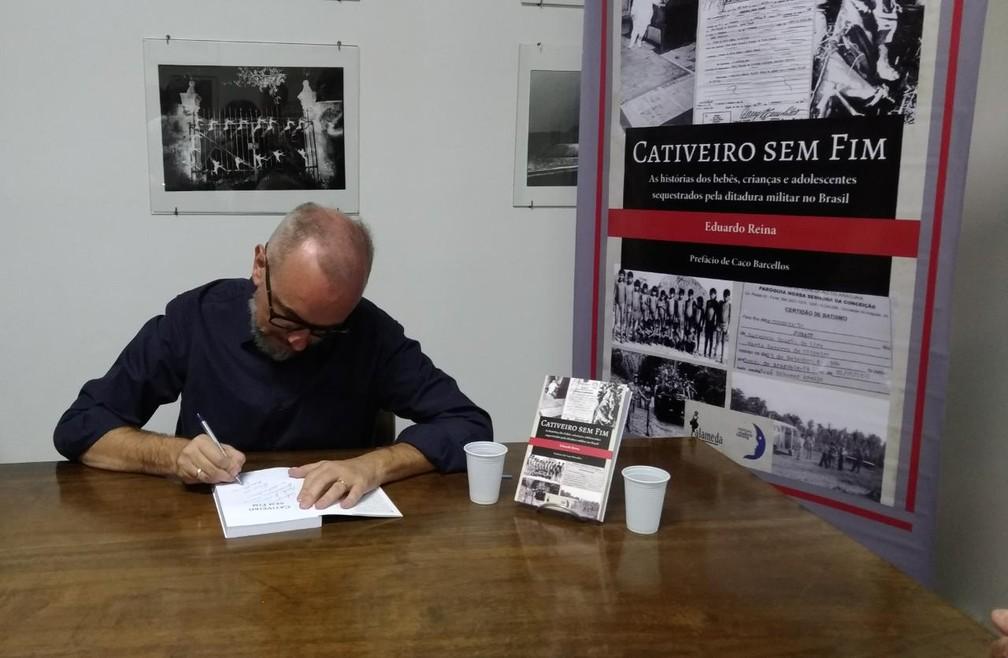 """O jornalista Eduardo Reina no lançamento em São Paulo do livro """"Cativeiro sem fim"""" (Editora Alameda) — Foto: Marina Pinhoni/G1"""