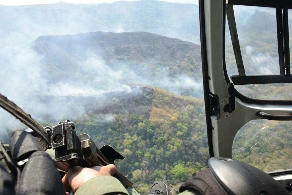Local do incêndio é de difícil acesso, segundo os bombeiros (Foto: Luiz Gustavo Gonçalves/ICMBio)