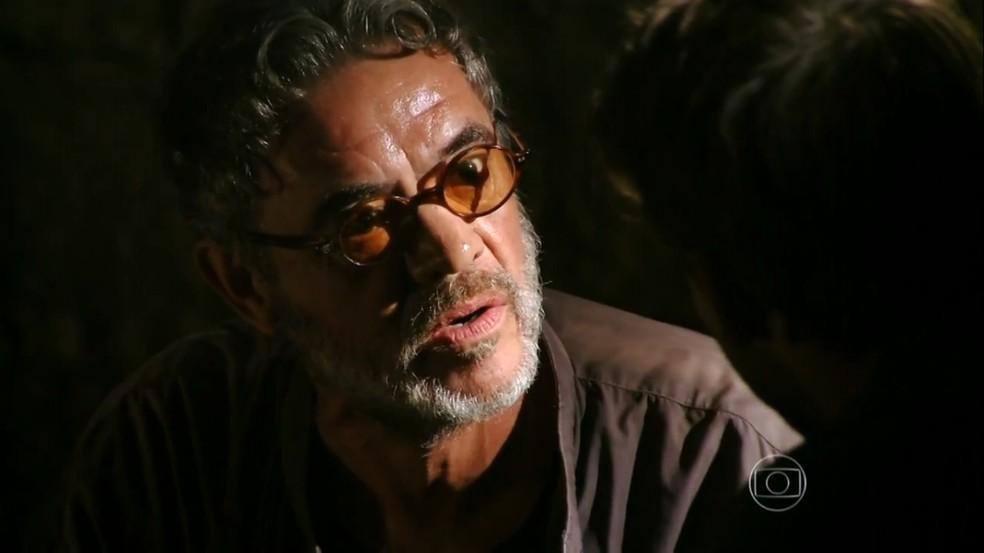 Duque (Jean Pierre Noher) diz que Cassiano (Henri Castelli) foi traído por Alberto (Igor Rickli), em 'Flor do Caribe' — Foto: Globo