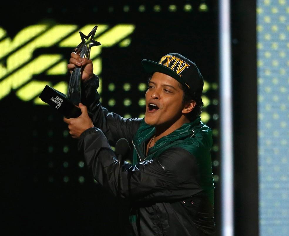 Bruno Mars recebe prêmio BET de Melhor Artista Masculino de R&B/Pop durante premiação em Los Angeles, na Califórnia (Foto: Mario Anzuoni/Reuters)