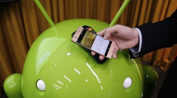 Aplicativo Android Pay sendo utilizado para pagamento  (Foto: Paulo Liebert / Google)