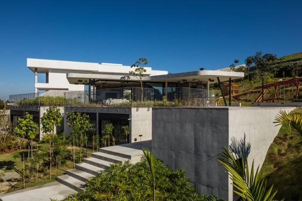 Concreto armado e integração com o verde marcam casa no interior de São Paulo (Foto: FOTOS NELSON KON )