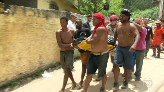 Corpos de vítimas de deslizamento no Rio começam a ser enterrados