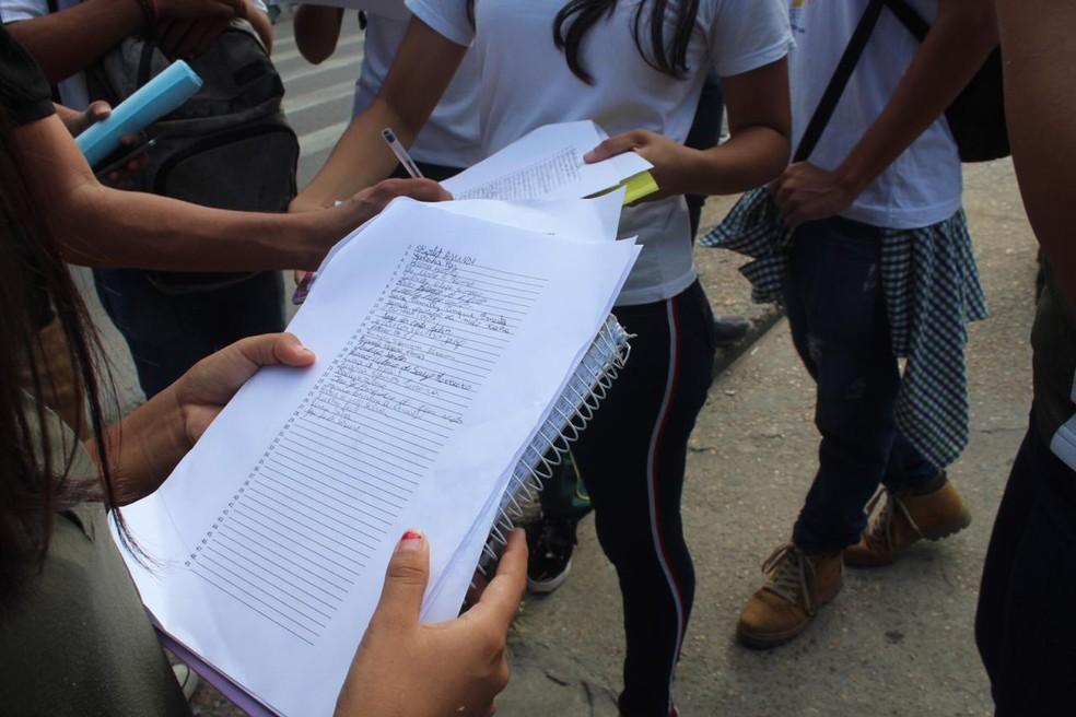 Ainda durante o ato, os estudantes reivindicaram melhorias na estrutura da escola — Foto: Rickardo Marques/G1 AM