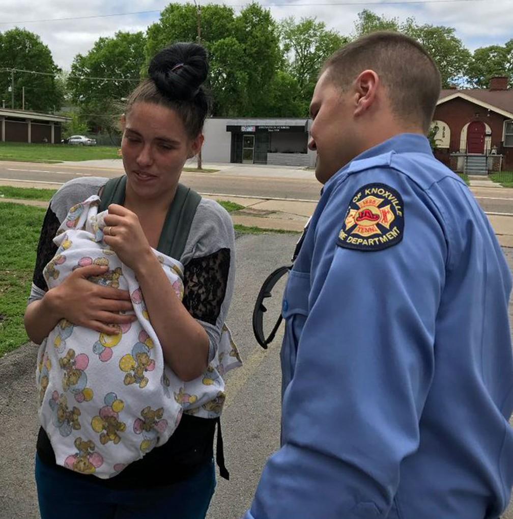 Bombeiro agarra bebê jogado de 2º andar durante incêndio nos EUA (Foto: Knoxville Fire Department/Twitter)