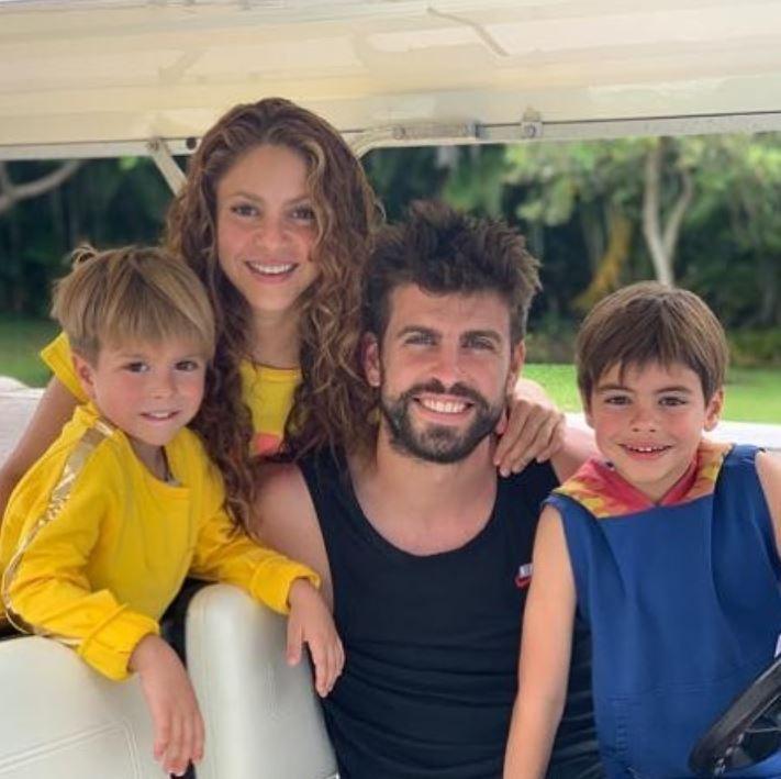 Shakira, o marido Gerard Piqué e os filhos Sasha e Milan (Foto: Instagram)