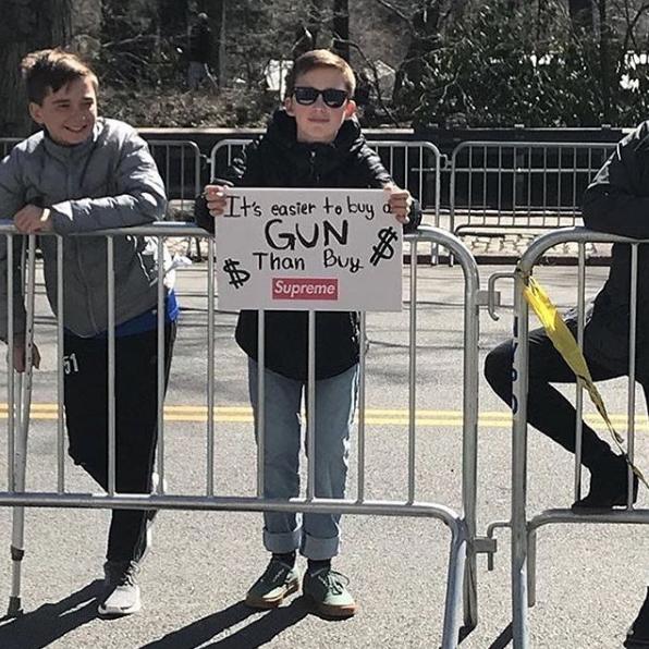 """Um cartaz durante o manifesto """"Marcha Por Nossas Vidas"""", que reivindicou um maior controle na venda de armas nos Estados Unidos, este ano. (Foto: Reprodução/Instagram)"""