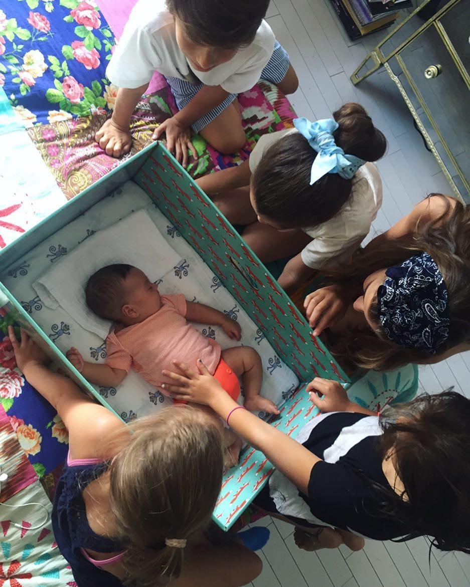 Nino, bebê, dormindo dentro da caixa (Foto: Reprodução/Instagram)
