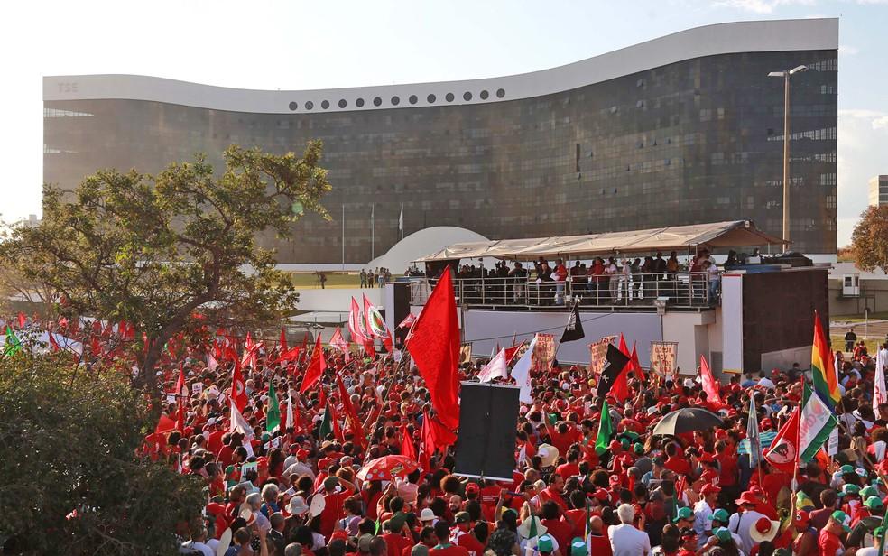 Militantes favoráveis à candidatura de Lula acompanham registro da candidatura em frente ao TSE, em Brasília (Foto: Fátima Meira/Futura Press/Estadão Conteúdo)