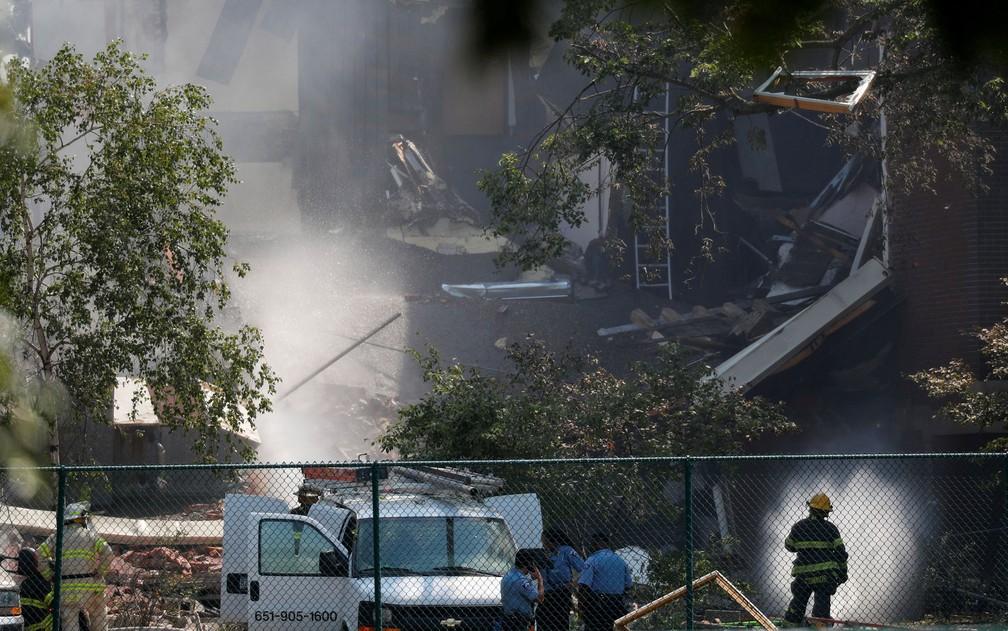 Bombeiros e policiais são vistos em frente à Minnehaha Academy, onde vazamento de gás causou explosão na quarta (2) (Foto: Reuters/Adam Bettcher)