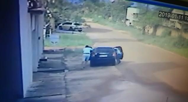 Bandidos armados roubam carro de motorista de aplicativo após 'corrida', em Macapá; veja vídeo