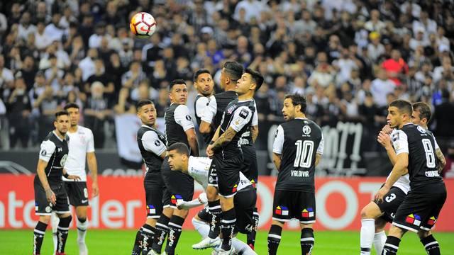 Jogadores disputam a bola na Arena lotada