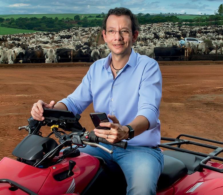 Pecuária da tela do celular - Victor Campanelli, diretor do Grupo Campanelli, na Fazenda Santa Rosa, em Altair (SP) (Foto: Rogerio Albuquerque)