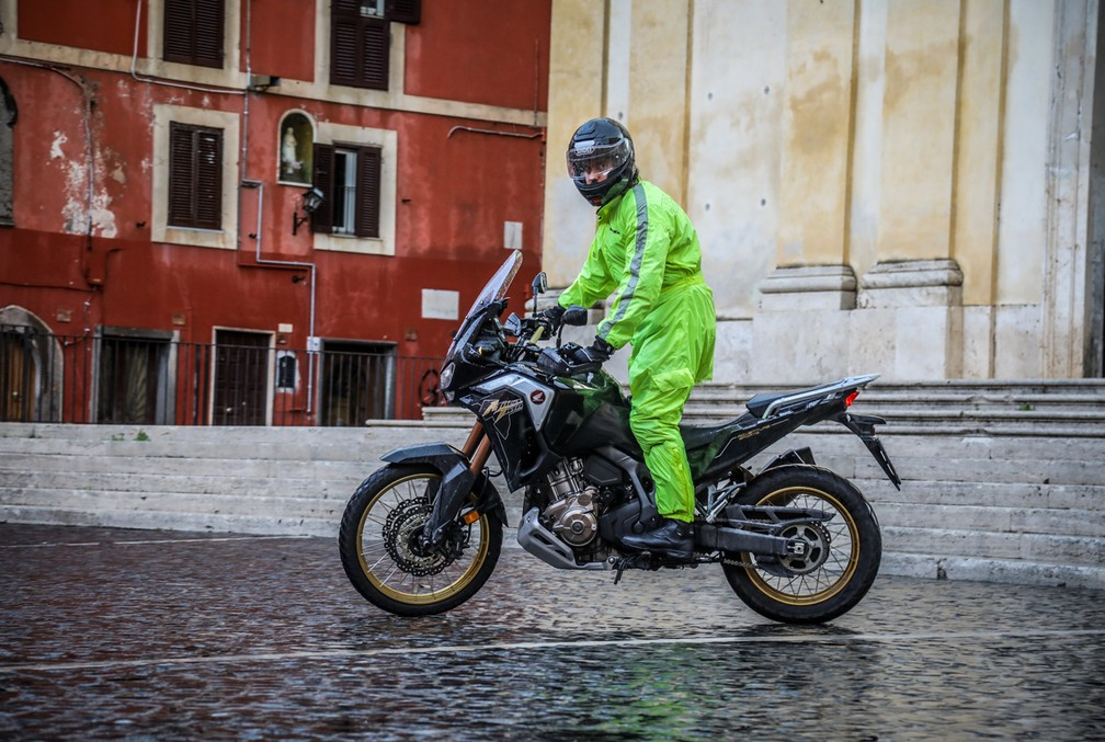 O DCT permite bom controle da moto em baixas velocidades — Foto: Divulgação