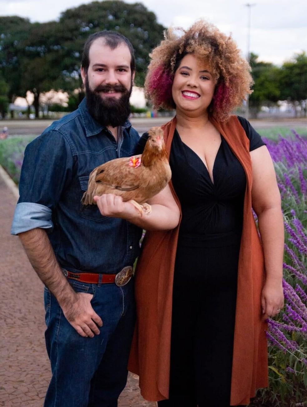 Paulo Leite e Raquel Angel, com Nugget no colo — Foto: Pet Book Brasília/Arquivo pessoal