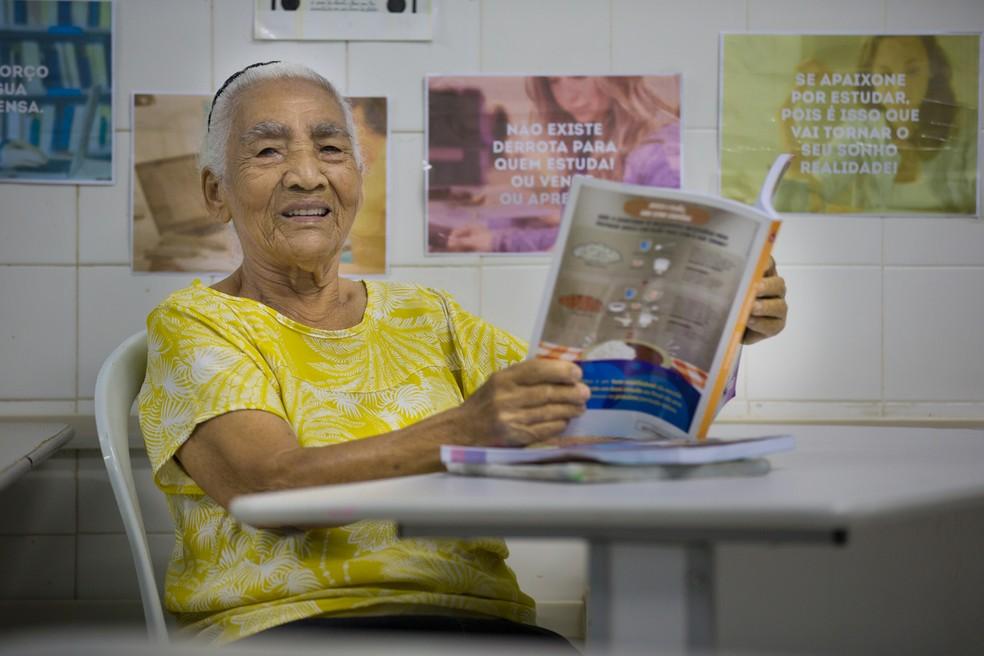 A aposentada revela as dificuldades que sente para aprender — Foto: Fabiane de Paula