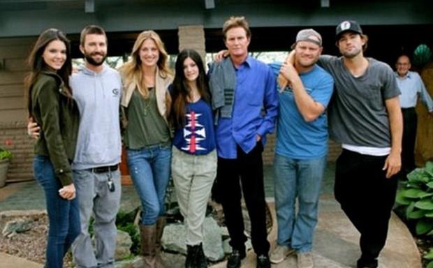 Caitlyn Jenner posa com os filhos: Kendall, Brody, Casey, Kylie, Burton e Brandon Jenner (Foto: Reprodução)