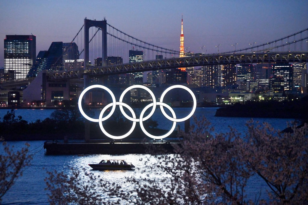 TOKYO, JAPAN - MARCH 25: A boat sails past the Tokyo 2020 Olympic Rings on March 25, 2020 in Tokyo, Japan. Following yesterdays announcement that the Tokyo 2020 Olympics will be postponed to 2021 because of the ongoing Covid-19 coronavirus pandemic, IOC o (Foto: Getty Images)