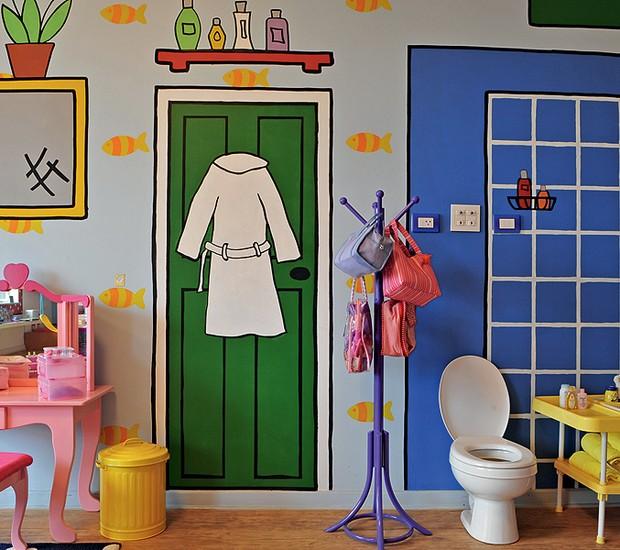 Parece banheiro, mas é um quarto de brincar. Repare bem: porta, prateleira e chuveiro são apenas pinturas divertidas na parede. O vaso sanitário e a banheira são para as bonecas de Marina, 7 anos, e Betina, 6 meses, filhas da arquiteta Valéria Blay (Foto: Marcelo Magnani/Casa e Jardim)