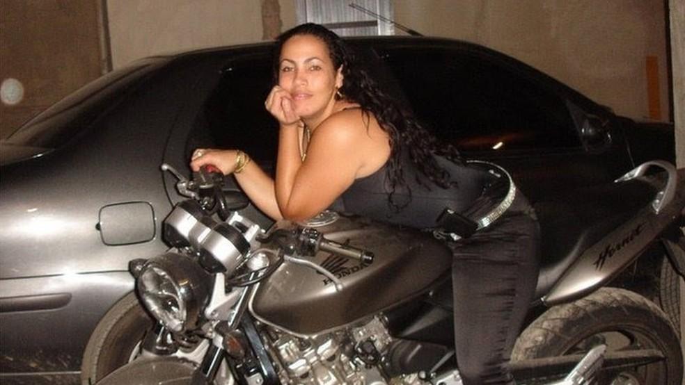 Bibi costumava postar fotos ostentando motos, joias e até dinheiro que o ex-marido possuía por causa do tráfico (Foto: Arquivo pessoal)