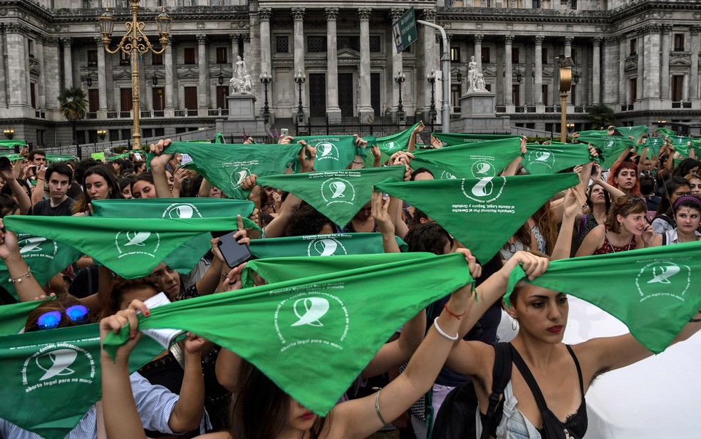 -  Mulheres se manifestam a favor de um projeto de lei que permita o aborto em frente ao edifício do Congresso, em fevereiro em Buenos Aires  Foto: Raul