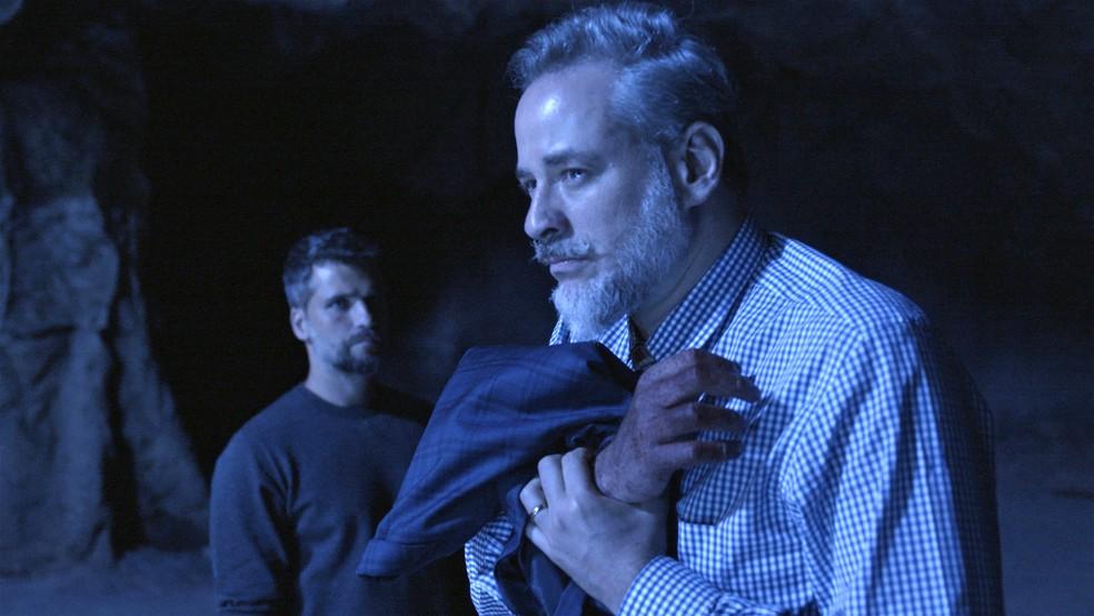 Eurico (Dan Stulbach) não passa em teste de confiança e queima a mão na fonte, em 'O Sétimo Guardião' — Foto: TV Globo