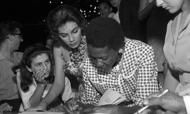 """Carolina de Jesus autografando seu livro """"Quarto do despejo"""", em 1960"""