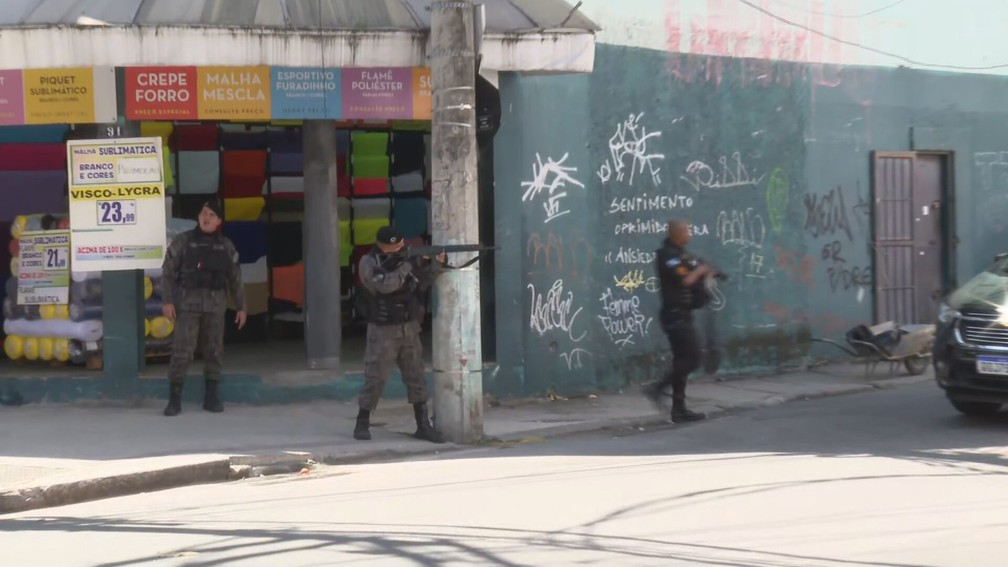 Foto de arquivo: Policiais se posicionam durante novo tiroteio no Rio Comprido — Foto: Reprodução/TV Globo
