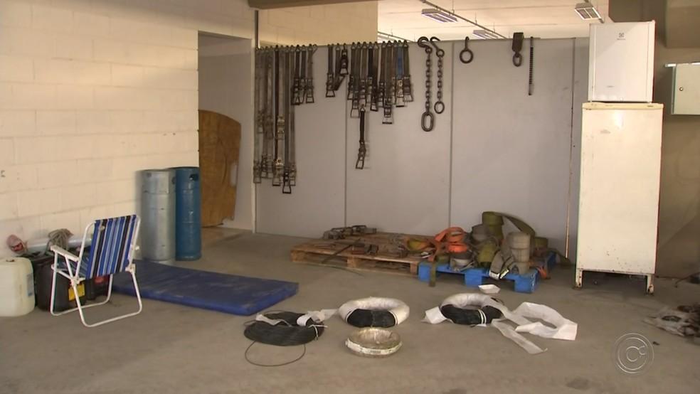 Porteiro do galpão foi detido para prestar depoimento (Foto: Reprodução/TV TEM)