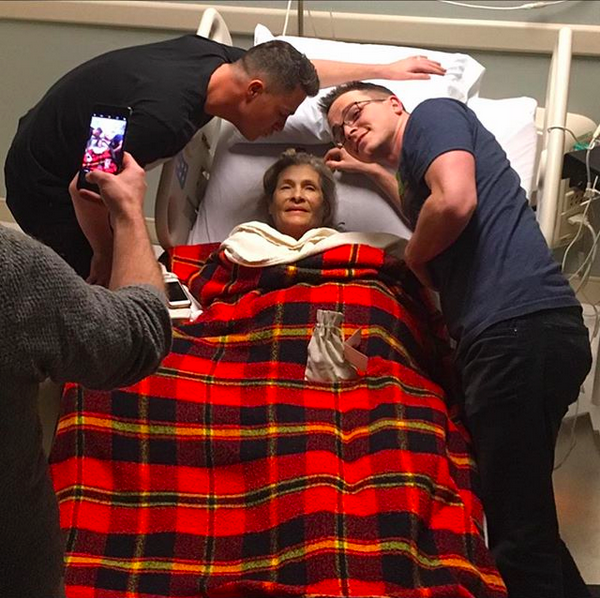 O ator Colton Haynes com a mãe, deitada em uma cama hospitalar (Foto: Instagram)