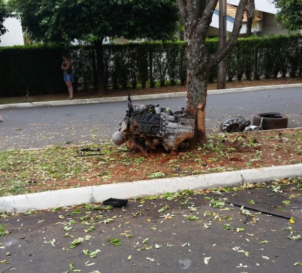 Motor foi arrancado do veículo e estava do outro lado da avenida — Foto: Arquivo pessoal