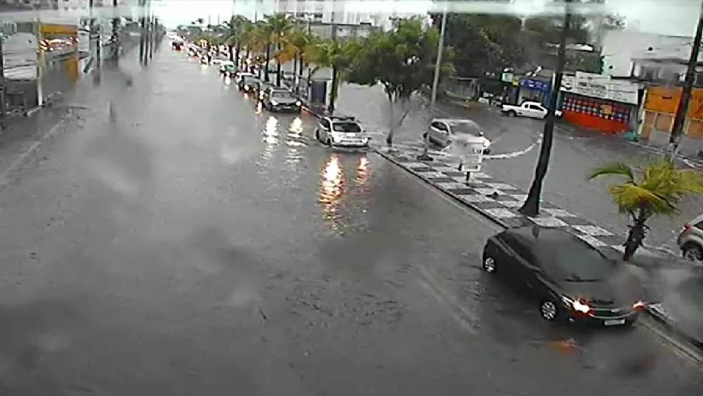Avenida Antônio Góes, no bairro do Pina, na Zona Sul do Recife, tem com pontos de alagamento nesta quinta-feira (13) — Foto: Reprodução/TV Globo
