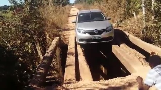 Motoristas se arriscam para passar em pontes precárias em Chapada dos Guimarães (MT); veja vídeo