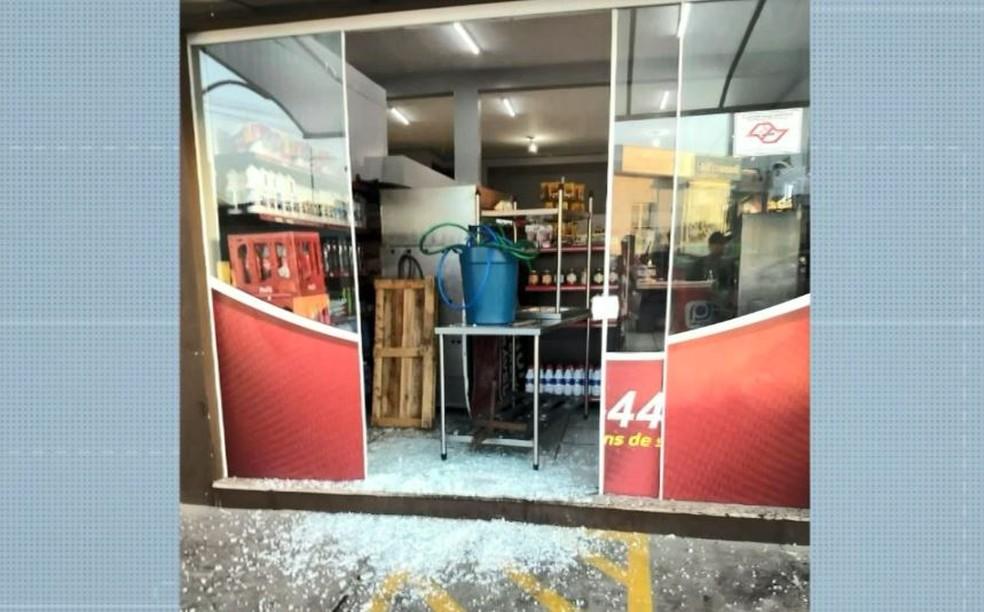Em outra loja, um martelo foi usado para quebrar o vidro, mas nenhum item foi furtado — Foto: Reprodução/EPTV