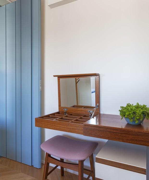 Desenhada pelas arquitetas, a bancada da suíte tem uma minipenteadeira com espelho embutido, ideal para auxiliar a moradora na hora da maquiagem  (Foto: Marco Antonio/Divulgação)