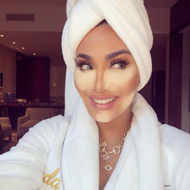 """Huda mostra como é o processo de """"Baking"""" na maquiagem (Foto: Reprodução/Instagram)"""